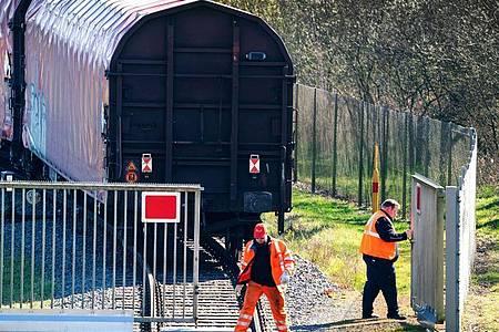 Ein Zug verlässt die Urananreicherungsanlage der Firma Urenco in Gronau. Foto: Arnulf Stoffel/dpa