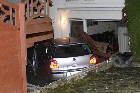 Ein PKW steht auf der Terrasse eines Wohnhauses. Der Fahrer des Fahrzeuges war zuvor vor einer Polizeikontrolle geflüchtet, hielt den Wagen auf einer abschüssigen Straße an und setzte die Flucht zu Fuß fort. Foto: Polizei Märkischer Kreis/dpa