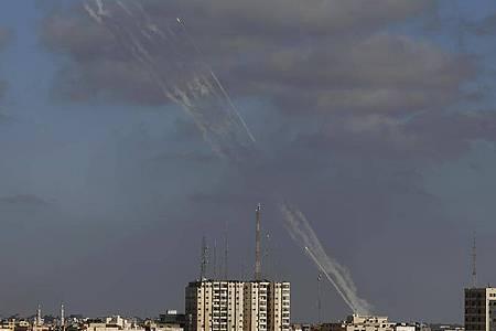 Raketen werden aus dem Gazastreifen auf Israel abgefeuert (Foto vom Montag). Foto: Hatem Moussa/AP/dpa