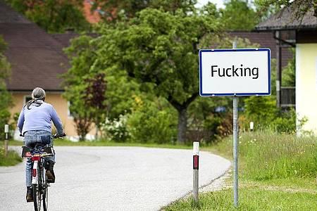 Das Ortsschild von «Fucking» (2012). Foto: MANFRED FESL/epa/dpa