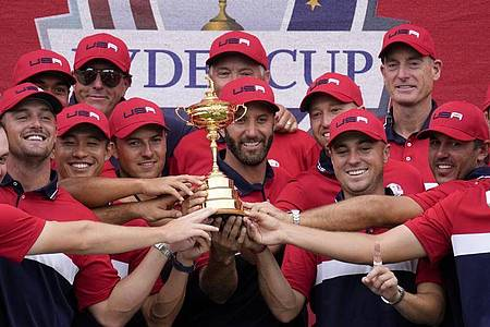 Strahlende Sieger: Das Team USA feiert den Sieg beim Ryder Cup. Foto: Ashley Landis/AP/dpa