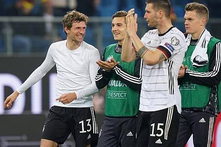 So kann es weitergehen: Die deutschen Nationalspieler feiern den mit Leidenschaft erkämpften Sieg. Foto: Marcus Brandt/dpa