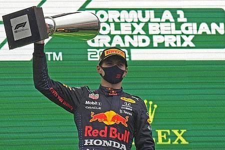 Max Verstappen vom Team Red Bull Racing hält den Pokal. Foto: Francisco Seco/AP/dpa