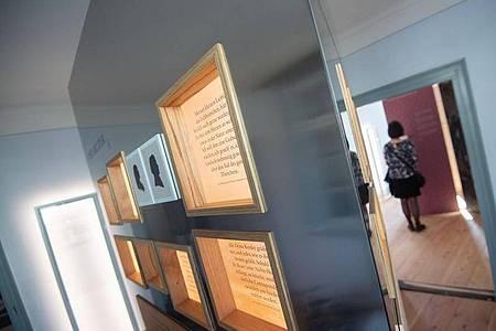 Ausstellungsstücke im ehemaligen Wohnhaus der Familie des Dichters Friedrich Hölderlin. Foto: Marijan Murat/dpa