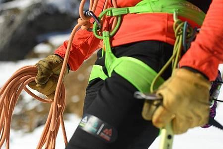 Damit auf der Bergtour alles sicher verläuft, müssen angehende Bergführer schon vor ihrer Ausbildung viel Alpin-Erfahrung nachweisen. Foto: Angelika Warmuth/dpa-tmn