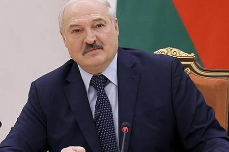 «Sollen sie doch über Finnland ihre Waren nach Russland und China liefern»: Belarus` Machthaber Lukaschenko will denWarenverkehr durch seinLand unterbinden. Foto: Sergei Shelega/BelTA/AP/dpa