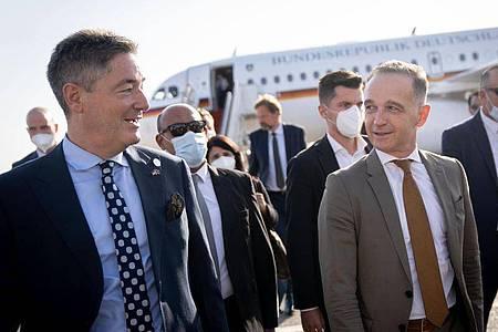 Außenminister Heiko Maas wird auf dem Flughafen von Tripolis in der libyschen Hauptstadt von Michael Ohnmacht (l), Botschafter von Deutschland im Staat Libyen, begrüßt. Foto: Kay Nietfeld/dpa