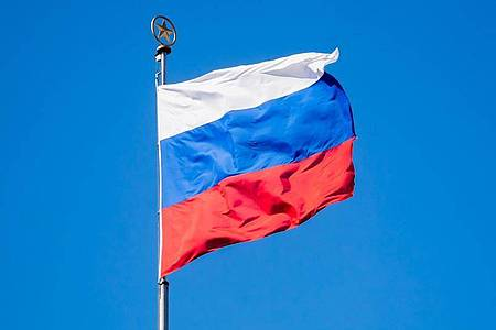 Die Flagge Russlands weht im Wind. Foto: Christoph Soeder/dpa/Symbolbild