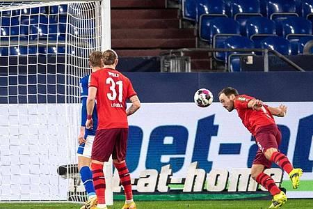 Der Kölner Rafael Czichos (r) trifft zur 1:0-Führung. Foto: Marius Becker/dpa