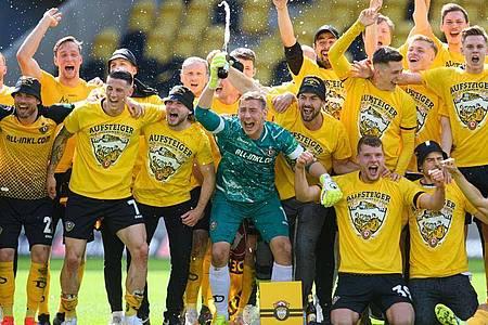 Die Dynamo-Spieler feiern den Aufstieg in die 2. Liga. Foto: Robert Michael/dpa-Zentralbild/dpa