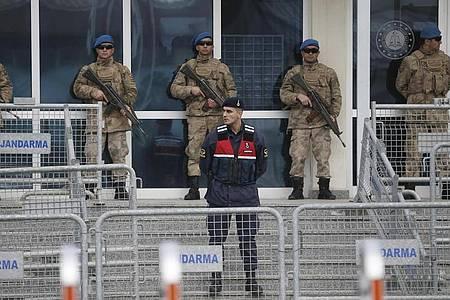 Soldaten sperren den Eingangsbereich des Gerichtsgebäudes in Silivri ab, in dem der Gezi-Prozess im Februar 2020 stattfand. (Archivbild). Foto: Emrah Gurel/AP/dpa