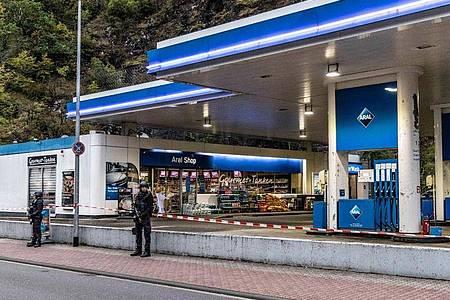 Ein Angestellter der Tankstelle war in Idar-Oberstein in Rheinland-Pfalz von einem mit einer Pistole bewaffneten Mann erschossen worden. Foto: Christian Schulz/Foto Hosser/dpa