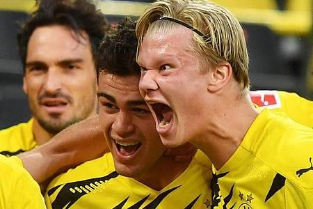 Dortmunds Giovanni Reyna (M) bejubelt sein Tor zum 1:0 mit seinem Teamkollegen Erling Haaland. Foto: Bernd Thissen/dpa
