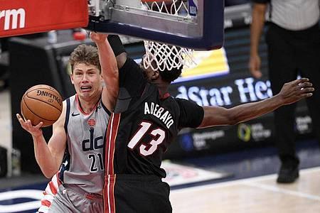 Bam Adebayo von den Miami Heat (r) verteidigt am Korb gegen Moritz Wagner (l) von den Washington WizardsAktion. Foto: Nick Wass/AP/dpa