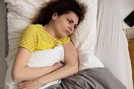 Wenn das Essen schwer im Bauch liegt und man immer aufstoßen muss, ist das Einschlafen kein Vergnügen. Foto: Christin Klose/dpa-tmn