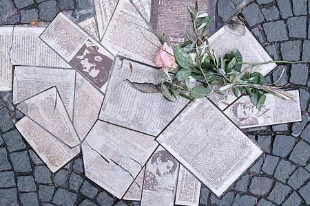"""Vor dem Eingang zum Hauptgebäude der Ludwig-Maximilians-Universität (LMU) sind die Flugblätter der Widerstandsgruppe """"Weiße Rose"""" als Denkmal in den Boden eingelassen. Foto: Sven Hoppe/dpa"""