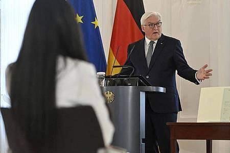 Bundespräsident Frank-Walter Steinmeier spricht bei der Einbürgerungszeremonie im Schloss Bellevue. Foto: John Macdougall/ADP POOL/dpa