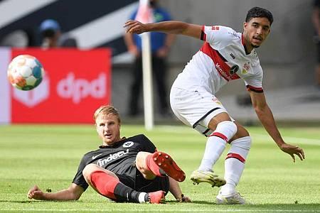 Frankfurts Martin Hinteregger (l) und Stuttgarts Omar Marmoush kämpfen um den Ball. Foto: Arne Dedert/dpa