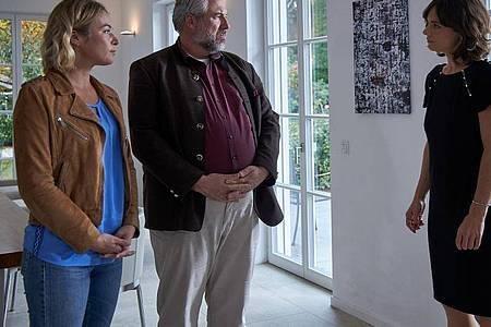 Die Kommissare Winter (Vanessa Eckart, l) und Stadler (Dieter Fischer) befragen Antonia von Basewitz (Sarah-Rebecca Gerstner), die Ehefrau des Opfers. Foto: Bojan Ritan/ARD/dpa