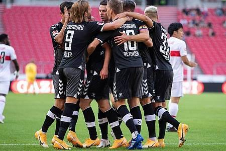 Die Spieler des SC Freiburg feiern einen Treffer gegen den VfB Stuttgart. Foto: Tom Weller/dpa