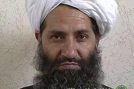 Auf diesem 2016 veröffentlichten Foto posiert der Führer der Taliban, Haibatullah Achundsada, für ein Porträt. Er soll wieder in Afghanistan sein. Foto: Afghan Islamic Press/AP/dpa/Archivbild