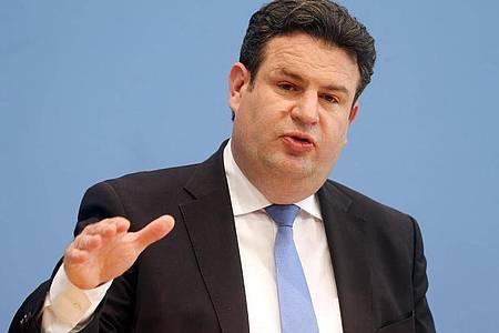 Bundesarbeitsminister Hubertus Heil (SPD) hat sich gegen eine Impfstatusabfrage von Arbeitgebern unter Beschäftigten ausgesprochen. Foto: Wolfgang Kumm/dpa