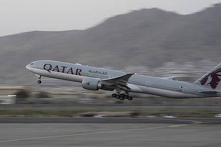 Ein Flugzeug der Fluggesellschaft Qatar Airways hebt am Flughafen in Kabul ab. Foto: Bernat Armangue/AP/dpa