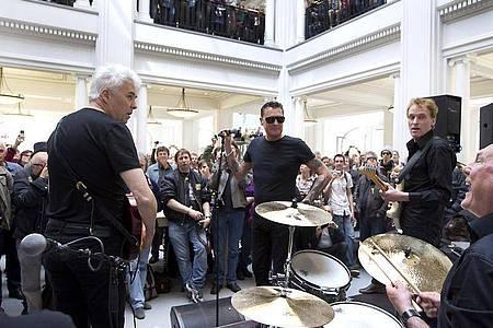 Die niederländische Rockband Golden Earring bei einem Mini-Auftritt in Amsterdam (2012). Foto: Paul Bergen/ANP KIPPA/dpa