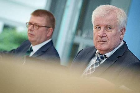 Bundesinnenminister Horst Seehofer (r) Verfassungsschutzpräsident Thomas Haldenwang stellen in der Bundespressekonferenz den Verfassungsschutzbericht 2020 vor. Foto: Kay Nietfeld/dpa