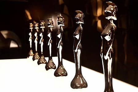 Die Trophäen der Brit Awards stehen bereit. Foto: Ian West/PA Wire/dpa