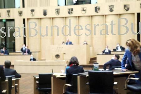 Abgeordnete nehmen im Bundesrat an der Sitzung der Länderkammer teil. Foto: Wolfgang Kumm/dpa