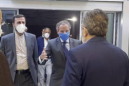 IAEA-Generaldirektor Rafael Mariano Grossi (2.v.r.) wird am Flughafen in Teheran begrüßt. Foto: Uncredited/Atomic Energy Organization of Iran/AP/dpa