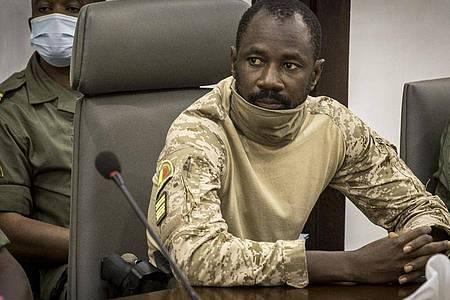 Oberst Assimi Goita, damaliger malischer Militäroffizier und Mitglied des Übergangskomitees, sitzt im Verteidigungsministerium bei einem Treffen mit den Vorsitzenden der Westafrikanischen Wirtschaftsgemeinschaft (ECOWAS). Foto: Uncredited/AP/dpa