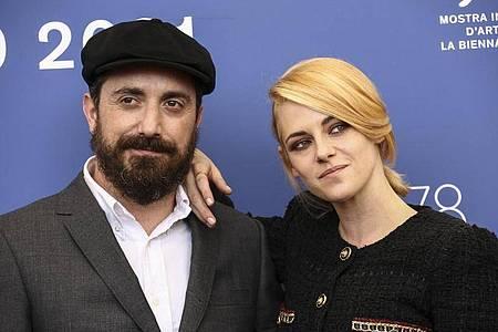 Pablo Larrain, Filmproduzent aus Chile, und die US-Schauspielerin Kristen Stewart bei den 78. Filmfestspielen von Venedig. Foto: Joel C Ryan/Invision/AP/dpa