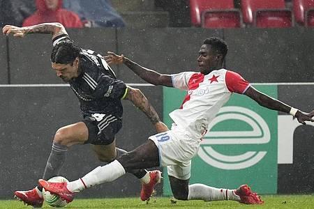 Oscar Dorley (r) von Slavia Prag im Duell um den Ballbesitz gegen Christopher Trimmel vom 1. FC Union Berlin. Foto: Petr David Josek/AP/dpa