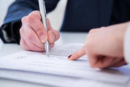 Der Umgang mit einer Änderungskündigung kann kompliziert sein. Denn sie ist Kündigung und neuer Job zugleich. Foto: Christin Klose/dpa-tmn