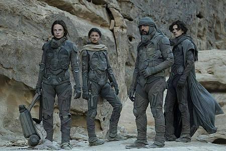 Rebecca Ferguson (l-r), Zendaya, Javier Bardem und Timothée Chalamet gehören zur hochkarätigen Besetzung von «Dune». Foto: Chia Bella James/Warner Bros/dpa