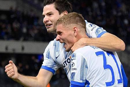 Torschütze Jurgen Ekkelenkamp (l) bejubelt sein Tor gegen Fürth mit Marton Dardai. Foto: Soeren Stache/dpa-Zentralbild/dpa