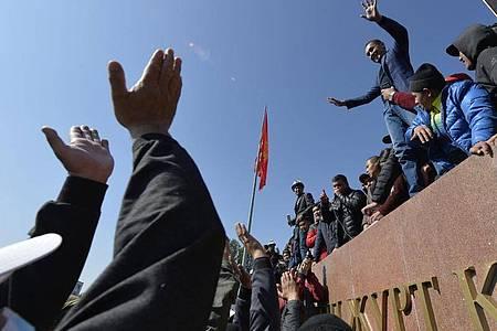 Menschen protestieren während einer Kundgebung auf dem zentralen Platz in Bischtek, Kirgistan. Foto: Vladimir Voronin/AP/dpa