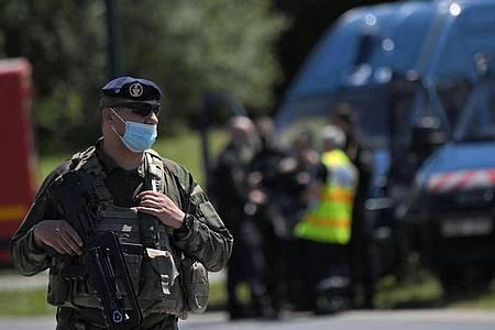 Französische Soldaten sind im Einsatz, nachdem eine Polizistin in La Chapelle-Sur-Erdre mit einem Messer verletzt worden ist. Foto: Loic Venance/AFP/dpa