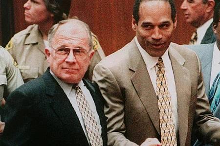 Zu den prominentesten Mandanten von US-Staranwalt F. Lee Bailey gehörte O. J. Simpson: ImMordprozess gegen den Ex-Footballer erreichte Bailey 1995 ein «Nicht schuldig». Foto: Chun/AFP/epa/dpa