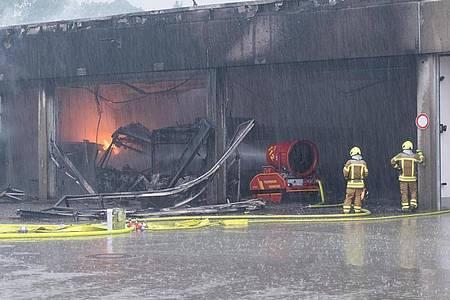 Fünf Elektrobusse, zwei Hybridbusse, ein Dieselbus und ein Reisebus fallen in Hannover denFlammen zumOpfer. Foto: Francois Klein/dpa