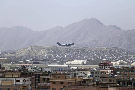 Ein US-Militärflugzeug startet am internationalen Flughafen Hamid Karzai in Kabul, Afghanistan. Foto: Wali Sabawoon/AP/dpa