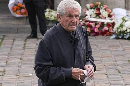Claude Lelouch, Regisseur aus Frankreich, kommt zur Trauerfeier für den Schauspieler Jean-Paul Belmondo. Foto: Michel Euler/AP/dpa