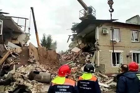 Das Standbild aus einem Video des russischen Katastrophenschutzministeriums zeigt Rettungskräfte vor einem nach einer Gasexplosion zerstörten zweistöckigen Wohnhaus. Foto: Katastrophenschutzministerium/Sputnik/dpa