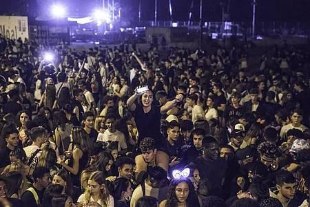 In der katalanischen Hauptstadt haben sich am Wochenende Zehntausende junge Leute zu riesigen Partys getroffen. Foto: Thiago Prudencio/SOPA Images via ZUMA Press Wire/dpa