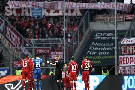 Wegen massiver Beleidigungen von Mäzen Dietmar Hopp durch die Münchener Fans steht die Bundesliga-Partie zwischen der Hoffenheim und dem FC Bayern vor dem Abbruch. Foto: Michael Probst/AP/dpa