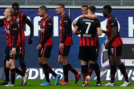 Mit dem 5:2-Sieg über Union Berlin ist die Eintracht der Königsklasse einen Schritt näher gekommen: Frankfurts Spieler jubeln. Foto: Uwe Anspach/dpa