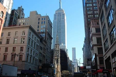 Das Empire State Building gehört zu den ältesten, höchsten und beliebtesten Wolkenkratzern New Yorks. Foto: Christina Horsten/dpa