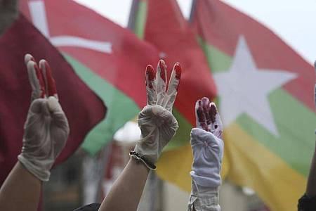 Das Archivbild zeigt eine Solidaritätskundegebung für Gegner der Militärregierung von Myanmar in Taiwan. Foto: Chiang Ying-Ying/AP/dpa